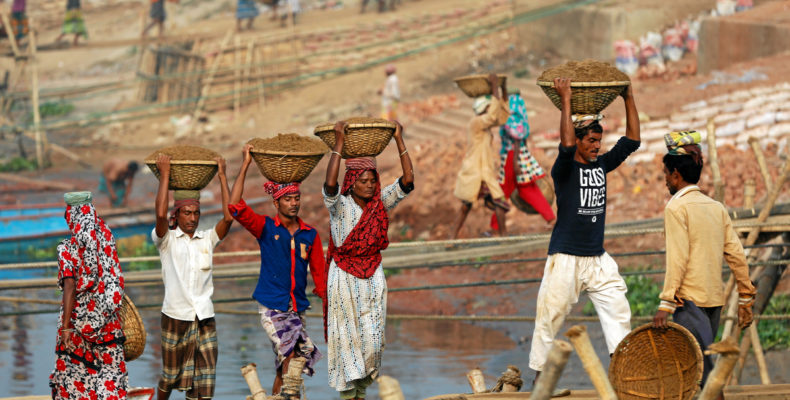 Bangladeshi workers unload sand from a ferry at the river Buriganga in Dhaka, Bangladesh December 20, 2016. REUTERS/Mohammad Ponir Hossain - RTX2VU5V